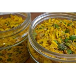 La preparazione dell'oleolito di arnica: fiori freschi in olio extra vergine di oliva
